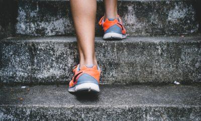 Pieds de sportive montant les escaliers