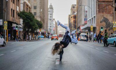 Jeune femme faisant du hip hop dans la rue. Crédit: Keenan Constance sur Unsplash